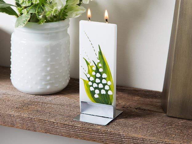 Flat candle with leaf design